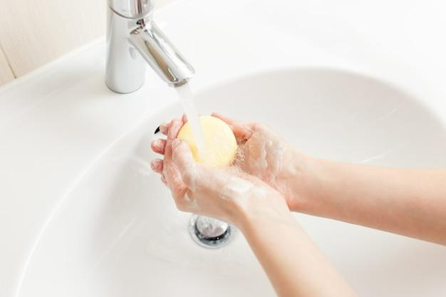 Mycie rąk w łazience