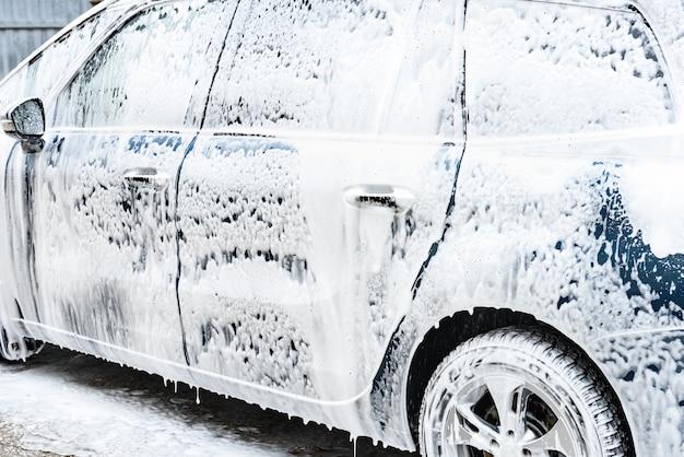 Mycie samochodów pod wysokim ciśnieniem pianą w myjni samochodowej.