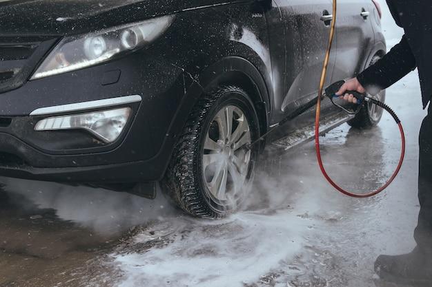 Mycie samochodu wysokociśnieniowy strumień wody