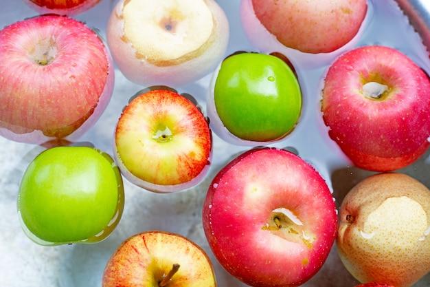 Mycie świeżych jabłek w wodzie