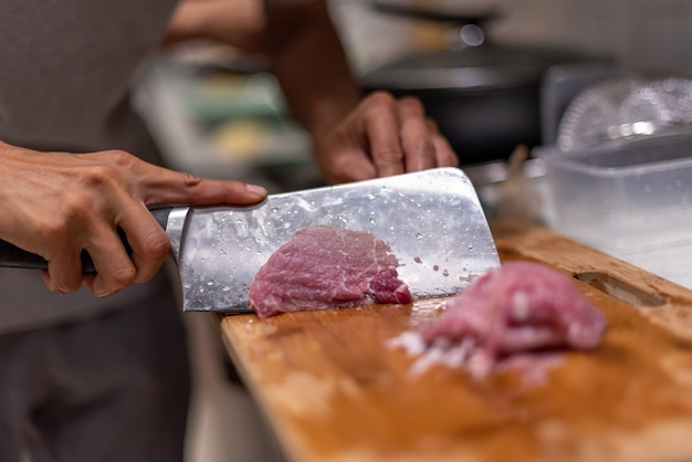 Mycie warzyw, krojenie mięsa, gotowanie na obiad.