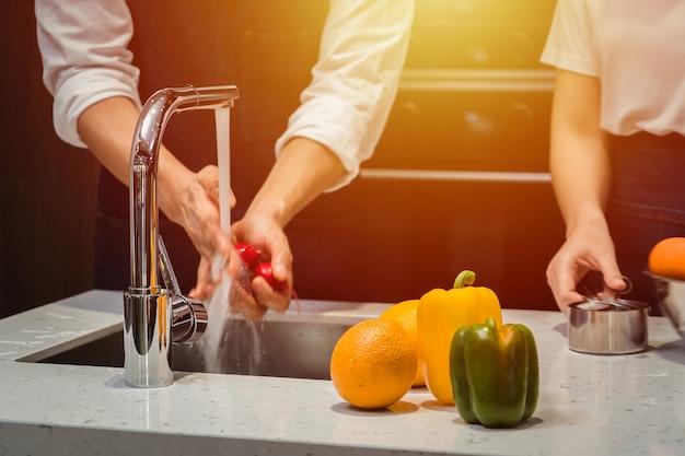 Mycie warzyw w kuchni