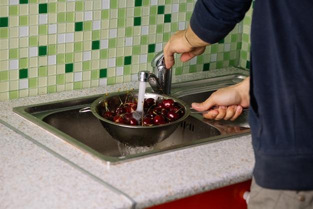 Mycie wiśni przed jedzeniem