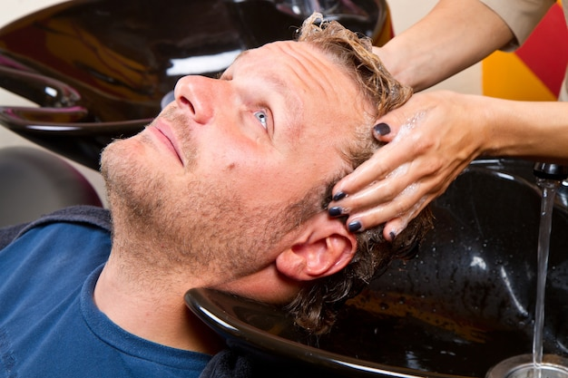 Mycie włosów męskich w salonie kosmetycznym salon fryzjerski