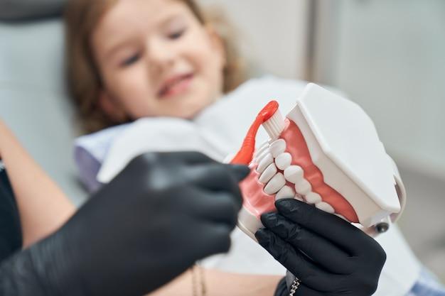 Mycie zębów, opieka dentystyczna.
