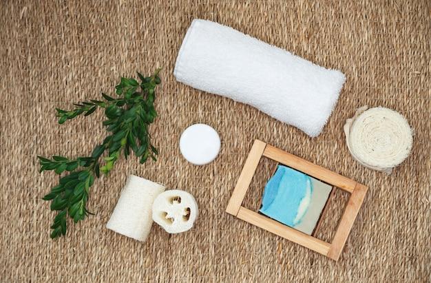 Mydła w kostkach z ekstraktami roślinnymi. zestaw akcesoriów do kąpieli i spa. organiczne czyste ręcznie robione mydło z różnymi naturalnymi dodatkami.