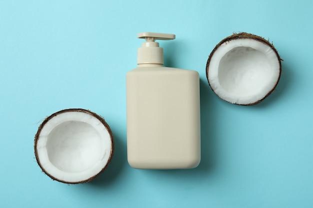 Mydło i kokos na niebieskim tle