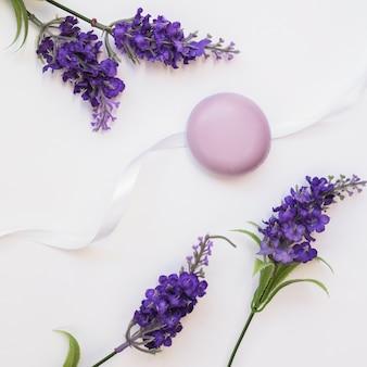 Mydło; kwiaty lawendy i wstążki na białym tle