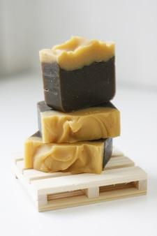 Mydło z oliwy z oliwek odpowiednie dla osób z problemami skórnymi. odżywia skórę miękką i wilgotną.