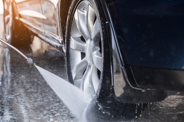 Myje samochód pod ciśnieniem wody