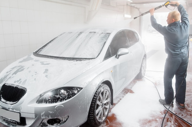 Myjnia samochodowa. czyszczenie dachu.