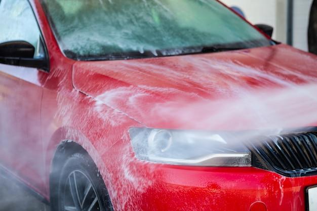 Myjnia samochodowa. czyszczenie samochodu za pomocą wody pod wysokim ciśnieniem.