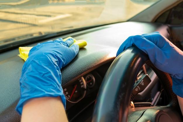 Myjnia samochodowa, kobieta myje i trze samochód