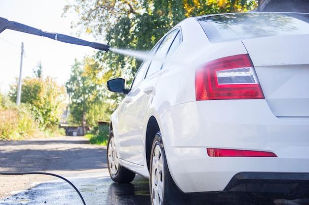 Myjnia Samochodowa. Myjnia Samochodowa. Człowiek Myje Samochód. Pianka Premium Zdjęcia
