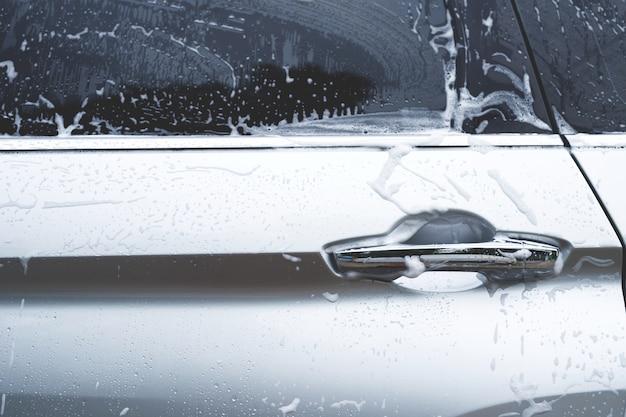 Myjnia samochodowa na zewnątrz pianka i mydło abstrakcyjny wzór, koncepcja tło transparent. mycie samochodu i czyszczenie tła z miejsca kopiowania.