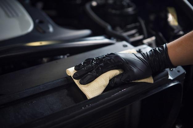 Myjnia samochodowa. szczegół maszyny w zbliżeniu piany. powierzchnia maszyny