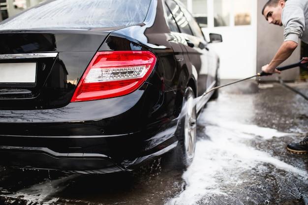 Myjnia samochodowa z wodą pod ciśnieniem, koncepcja car detailingu (lub valeting).