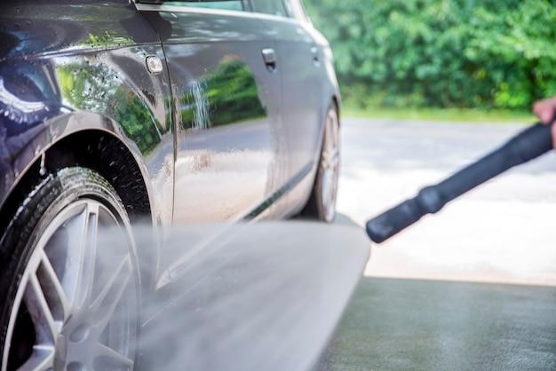 Myjnia samochodowa z wodą pod ciśnieniem reklama myjni samoobsługowej z miejscem na kopi...