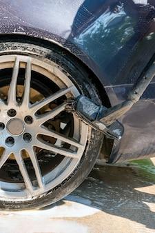 Myjnia samochodowa z wodą pod ciśnieniem reklama myjni samoobsługowej z miejscem na miejsce na kopi...