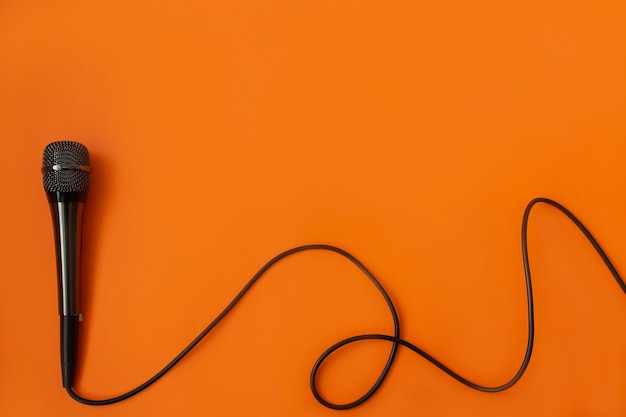 Mykrafon muzyczny na pomarańczowej powierzchni
