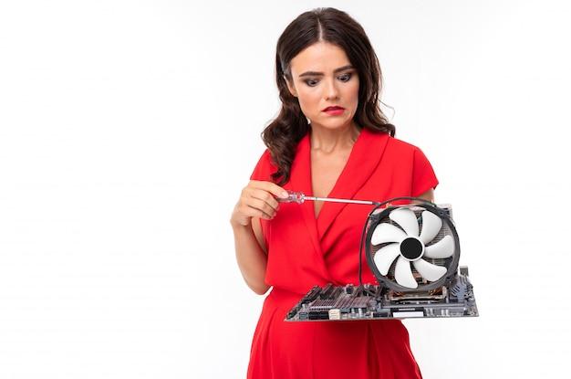 Mylić brunetka z częścią komputerową w rękach, naprawa sprzętu, amator