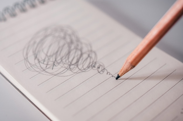 Mylić koncepcja ołówkiem zajęty rysować.