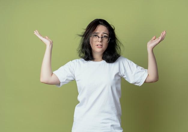 Mylić młoda dziewczyna dość kaukaski pokazano puste ręce na białym tle na oliwkowym tle