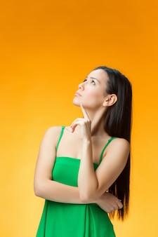 Myśląca chińska dziewczyna na żółto