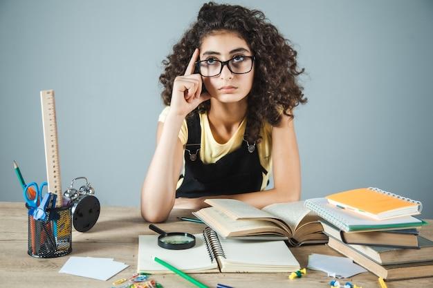 Myśląca i ucząca się dziewczyna w tabeli