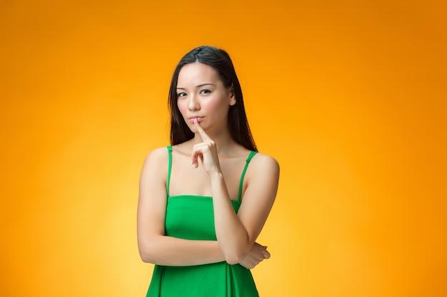 Myśląca kobieta w zielonej sukni