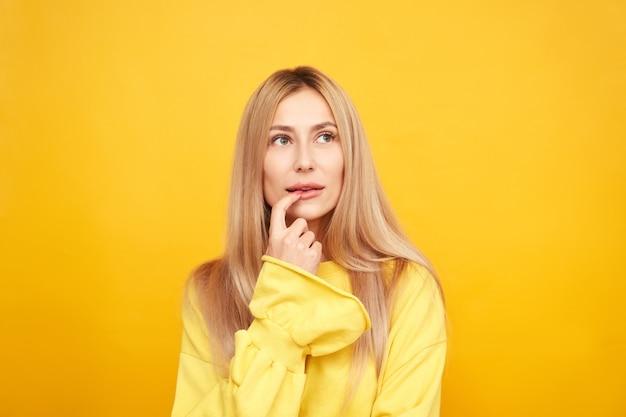 Myśląca osoba, rozmarzona dziewczyna pomyślała i patrząc w górę na żółtym tle