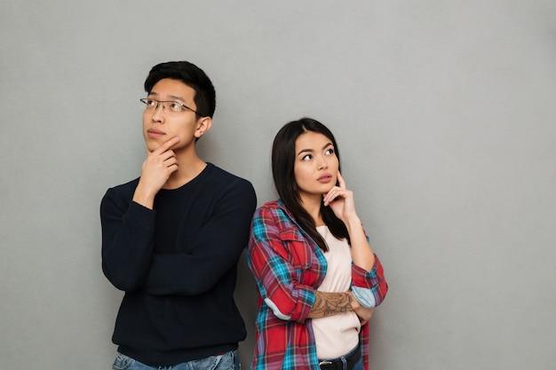 Myśląca poważna młoda azjatycka kochająca para