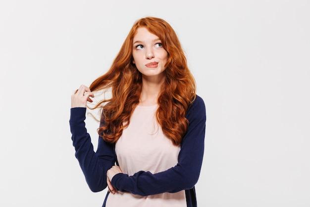 Myśląca śliczna młoda rudzielec dama