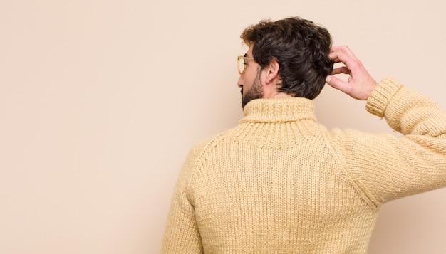 Myślenie lub wątpienie, drapanie głowy, zakłopotanie i zagubienie, widok z tyłu lub z tyłu