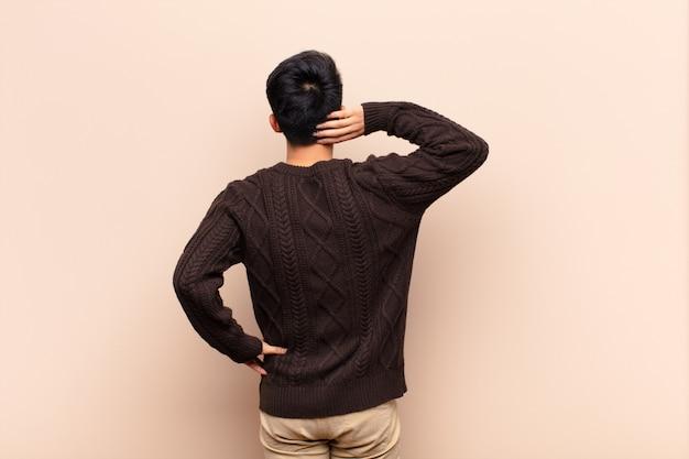 Myślenie lub wątpienie, drapanie się w głowę, uczucie zdziwienia i zagubienia, widok z tyłu lub z tyłu
