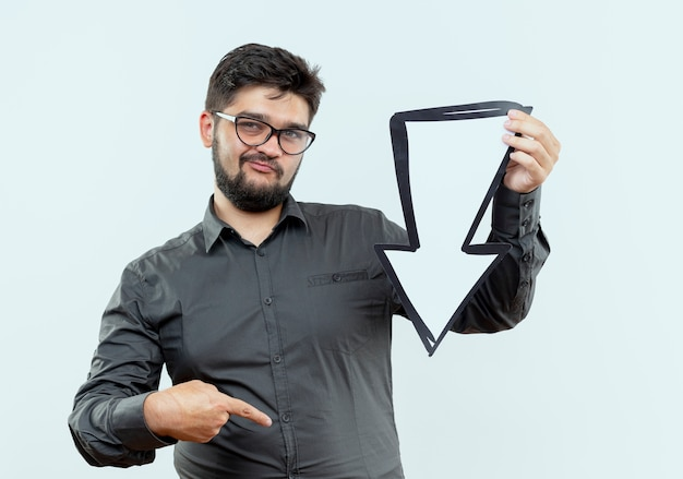 Myślenie młody biznesmen w okularach posiadających znak kierunku i wskazuje na bok na białym tle