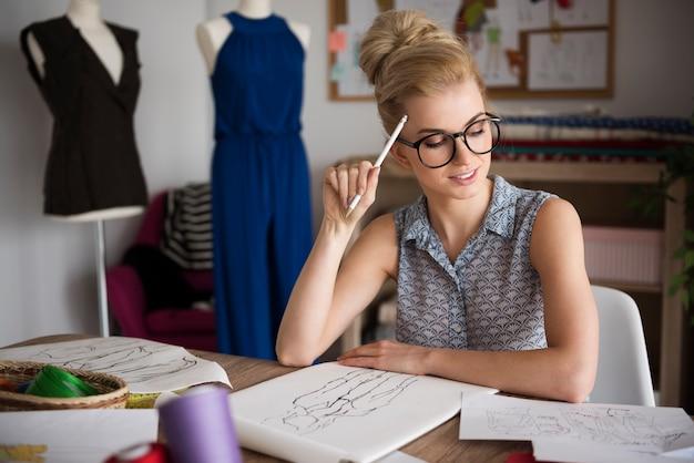 Myślenie o nowym projekcie sukienki
