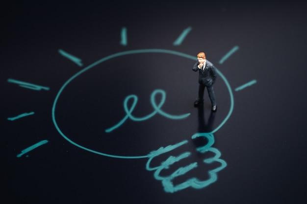 Myślenie o pomysłach biznesowych, rozwiązaniu problemu lub koncepcji odkrywania nowych wynalazków