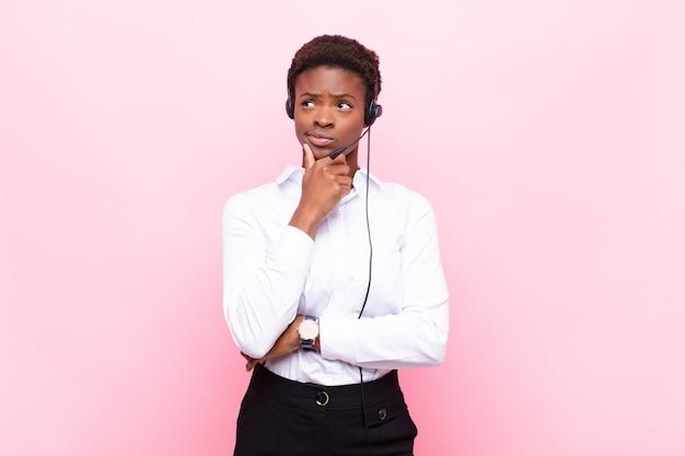 Myślenie, poczucie wątpliwości i zmieszania, z różnymi opcjami, zastanawianie się, jaką decyzję podjąć