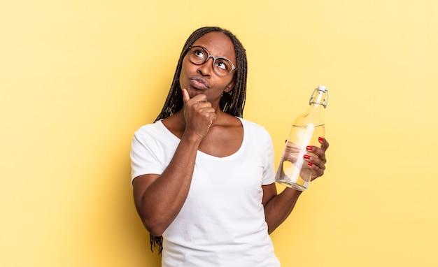 Myślenie, uczucie zwątpienia i zagubienia, z różnymi opcjami, zastanawianie się, którą decyzję podjąć. koncepcja butelki z wodą