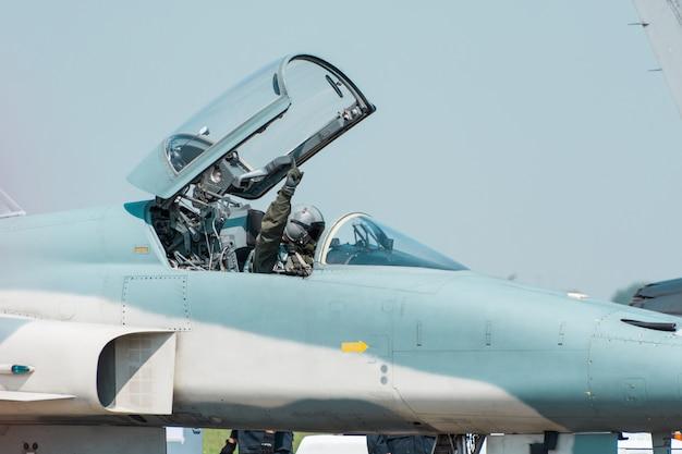 Myśliwiec f16 królewskich tajskich sił powietrznych porusza się po drodze kołowania, przygotowując się do startu w tajlandzkiej bazie lotniczej royal thai