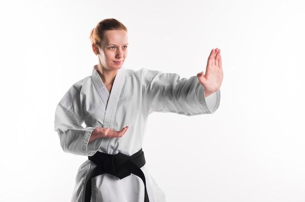 Myśliwiec karate z czarnym pasem