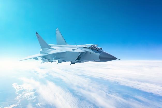 Myśliwiec lecący na niebieskim tle nieba.