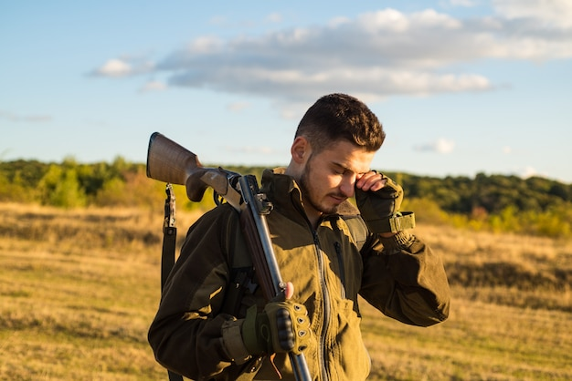 Myśliwy z strzelbą na polowaniu. amerykańskie karabiny myśliwskie. polowanie bez granic.