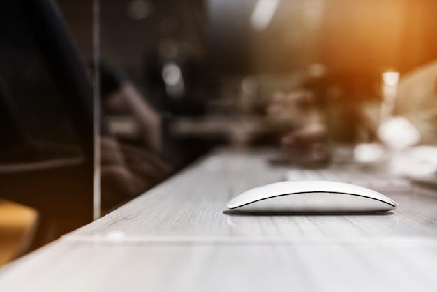 Mysz bezprzewodowa z akrylowym separatorem z pleksiglasu ustawianym na biurku stacji roboczej.