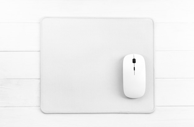 Mysz komputerowa na podkładce pod mysz