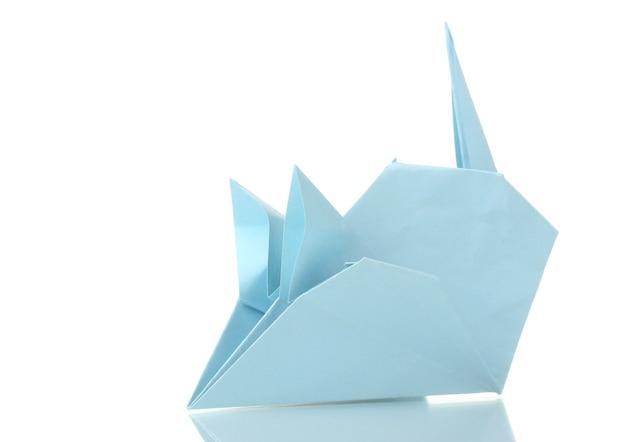 Mysz origami z niebieskiego papieru na białym tle