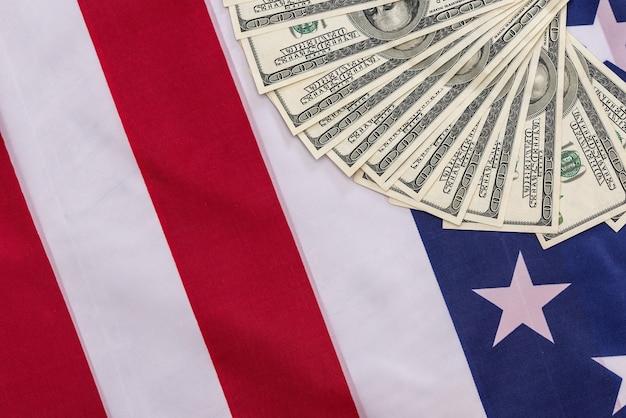 Na amerykańskiej fladze znajdują się banknoty stu dolarowe.