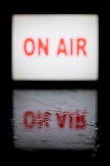 Na antenie transparent z białym neonowym światłem z odbiciem