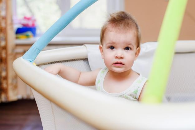 Na arenie siedzi roczne dziecko